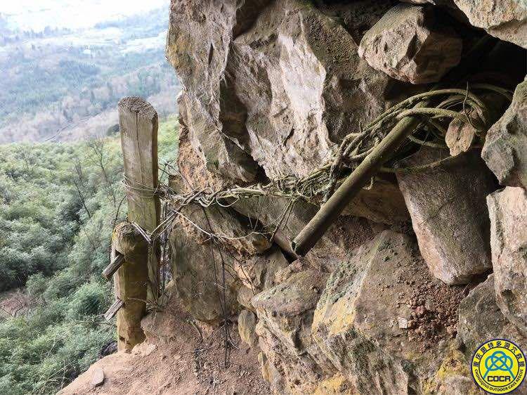 洞穴探险寻找古代兵工厂